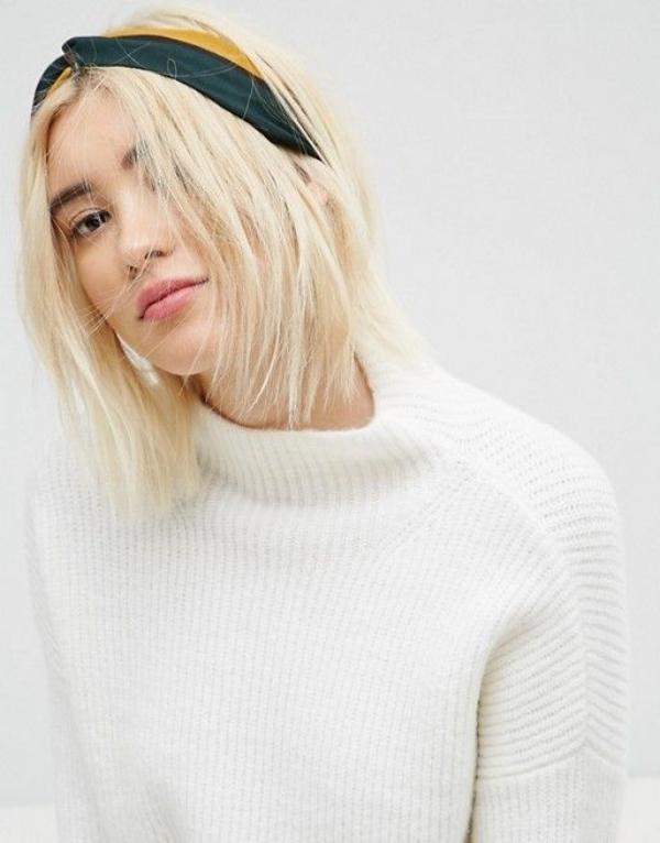 Băng đô buộc tóc màu sắc cũng giúp ích rất nhiều khi đầu bẩn mà không có thời gian gội.
