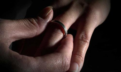 Người đàn ông bị ly dị vì bỏ cả mẹ để theo vợ