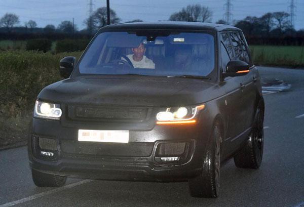 Ashley Young cầm lái chiếc Range Rover.