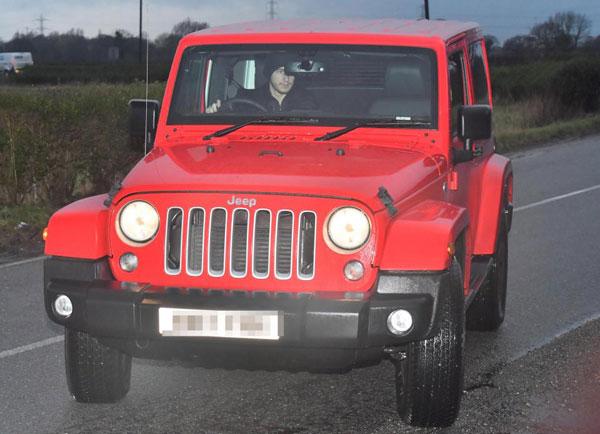 Matteo Darmian gây chú ý với chiếc jeep đỏ.