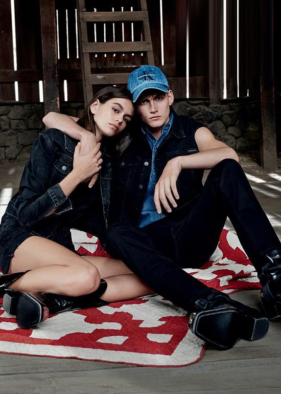 Thương hiệu thời trang Calvin Klein vừa tung ra bộ sưu tập mới với gương mặt đại diện là hai anh em Kaia và Presley - con của siêu mẫu Cindy Crawford và doanh nhân Rande Gerber. Cả hai kết hợp ăn ý và đều chất lừ trong từng bức hình.
