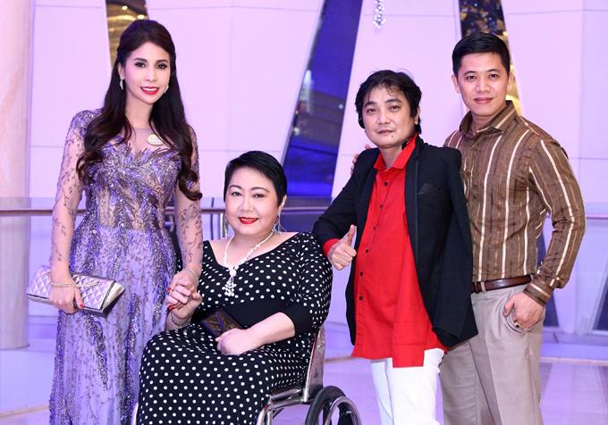 Lý Hương chụp ảnh với các khách mời dự event ở TP HCM.