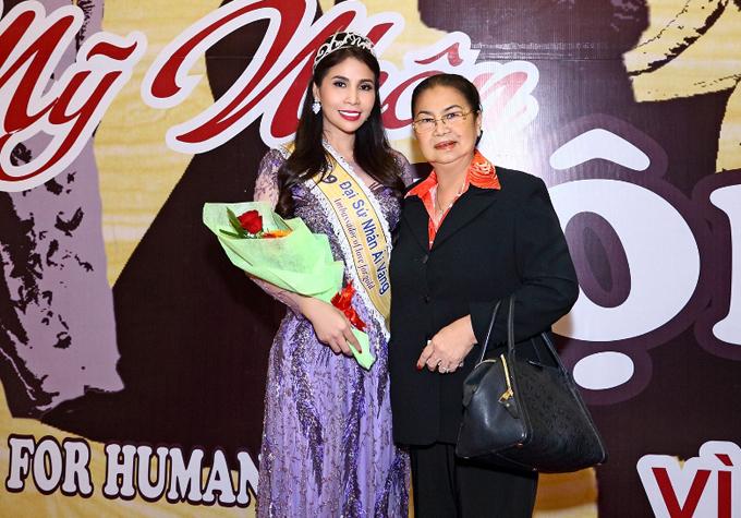 Lý Hương giữ vai trò Đại sứ nhân ái vàng của chương trình này. Mẹ cô ủng hộ con gái tham gia các hoạt động ý nghĩa.