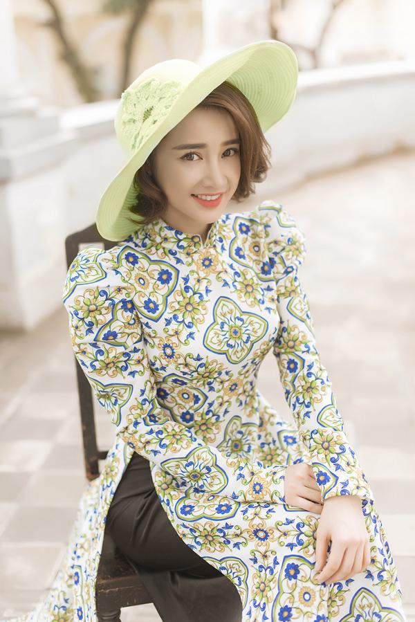 Nữ diễn viên cuốn hút với trang phục, phụ kiện hơi hướng cổ điển.