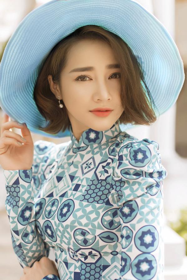 Trước khi đến với thời trang, Bảo Bảo là chuyên gia trang điểm nổi tiếng. Anh giúp Nhã Phương chăm chút dung nhan khi làm mẫu ảnh.