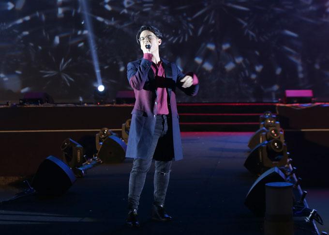 Anh thể hiện ca khúc Dòng máu lạc hồng và Người tình mùa đông remix.