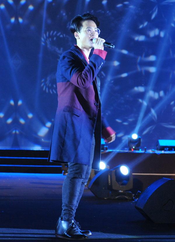 Ngoài Đông Nhi, chương trình còn có sự góp mặt của ca sĩ Hà Anh Tuấn. Nam ca sĩ diện trang phục thanh lịch nhưng không kém phần nổi bật trên sân khấu.