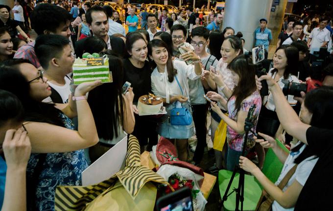 Người mẫu Đức Tiến ra đón Như Quỳnh và tháp tùng chị từ sân bay về khách sạn.