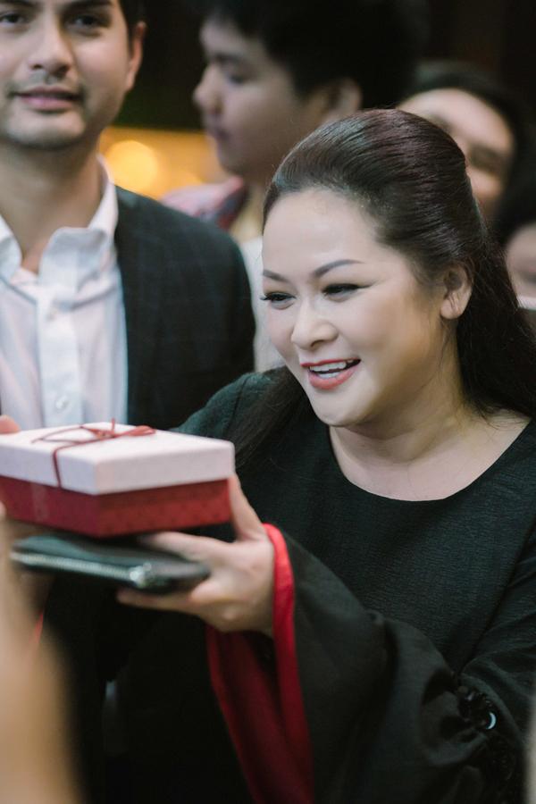 Nữ ca sĩ nhận được nhiều món quà từ người hâm mộ.