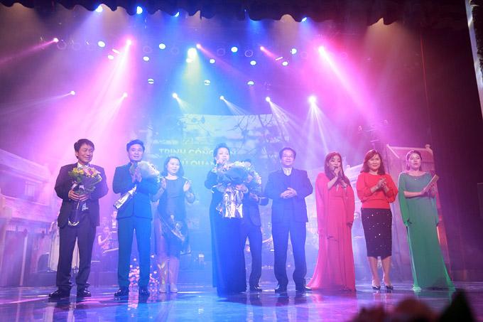 NSND Trần Nhượng sóng đôi vợ trẻ xem ca nhạc sau sự cố ăn tay gấu - 3