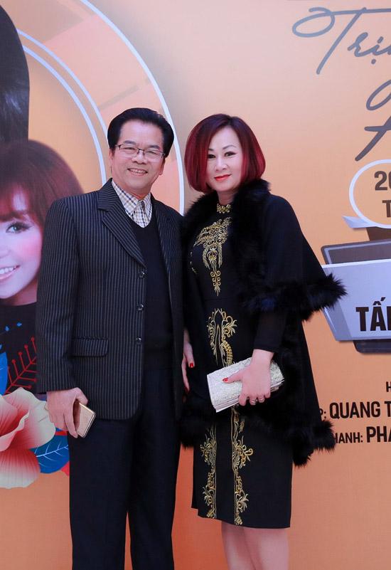 NSND Trần Nhượng sóng đôi vợ trẻ xem ca nhạc sau sự cố ăn tay gấu