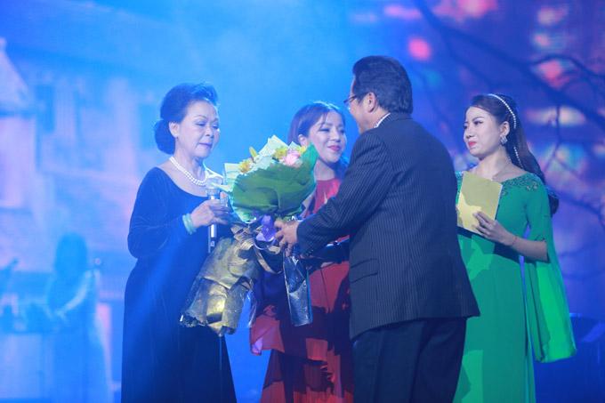 Cuối show diễn, NSND Trần Nhượng còntặng hoa cho Khánh Ly - danh ca mà ông ngưỡng mộ nhiều năm qua.