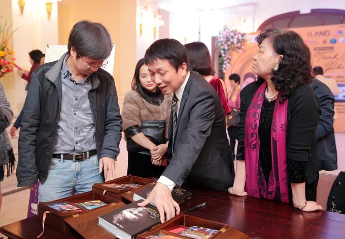 NSND Trần Nhượng sóng đôi vợ trẻ xem ca nhạc sau sự cố ăn tay gấu - 4