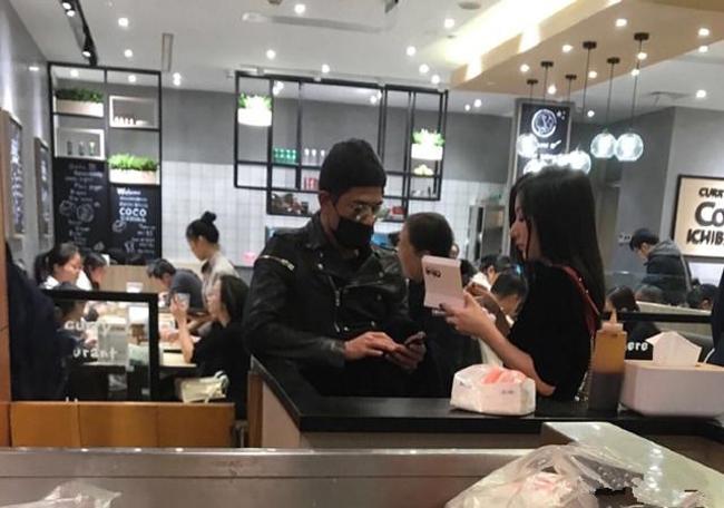 Sau khi shopping, cặpsao vào một tiệm ăn nhanh.