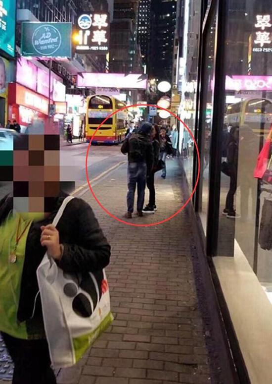 Quách Phú Thànhhôn bà xã trên phố.
