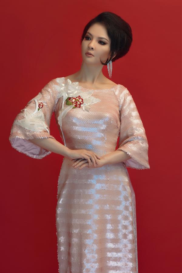 Thủy Hương tự tin thể hiện sưu tập áo dài mang tinh thần mùa lễ hội của nhà thiết kế Thủy Nguyễn.