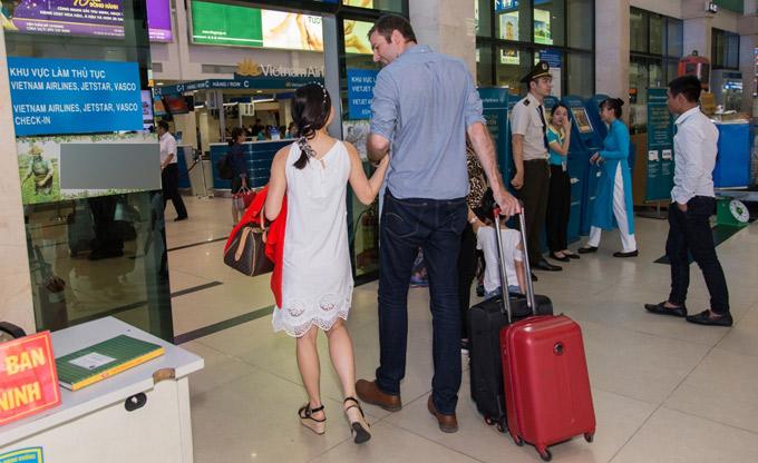 Lan Phương tình tứ khoác tay người đàn ông ngoại quốc cao lớn ở sân bay Tân Sơn Nhất TP HCM.