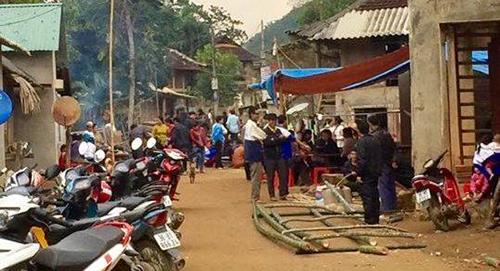Người dân địa phương kéo đến hiện trường bàn tán về vụ án.