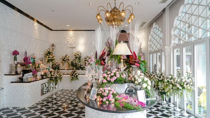 Khung cảnh tràn ngập hoa tươi ở khu vực đón khách.