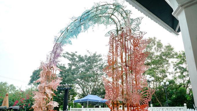 Không gian tiệc cưới gây ấn tượng ngay từ cổng chào bên ngoài resort.
