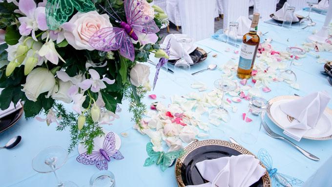 Bạn bè của cô dâu chú rể ngồi dự tiệc ở dãy bàn dài ngoài trời theo phong cáchnăng động,trẻ trung.
