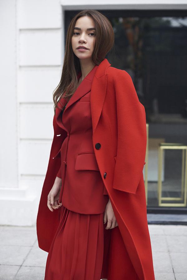 Áo khoác dáng dài được cắt may trên chất liệu vải dạ cao cấp luôn là trang phục được nhiều bạn gái yêu thích trong tiết trời chuyển lạnh. Mỗi mùa thời trang, những phom dáng áo mang vẻ đẹp kinh điển lại được làm mới với tông màu hợp mốt.