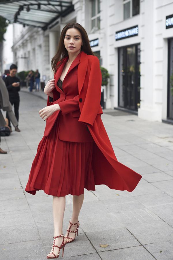 Xuất hiện trong bộ ảnh vừa thực hiện, Hồ Ngọc Hà thể hiện các mẫu trang phục mới nhất của nhà thiết kế Đặng Hải Yến.