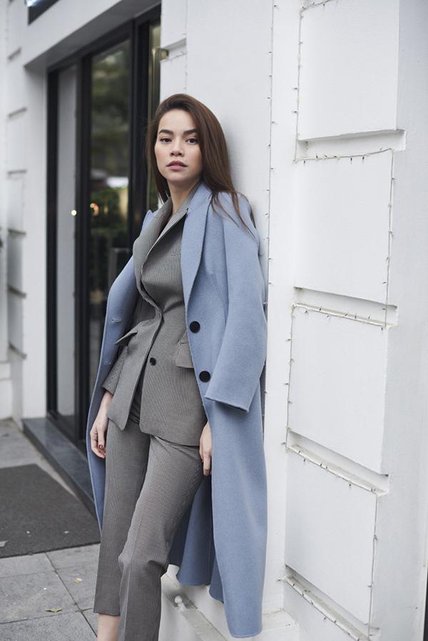 Suit tông xám cùng các kiểu áo khoác hot trend được kết hợp cùng nhau để mang tới những set đồ phù hợp với quý cô văn phòng sang chảnh.