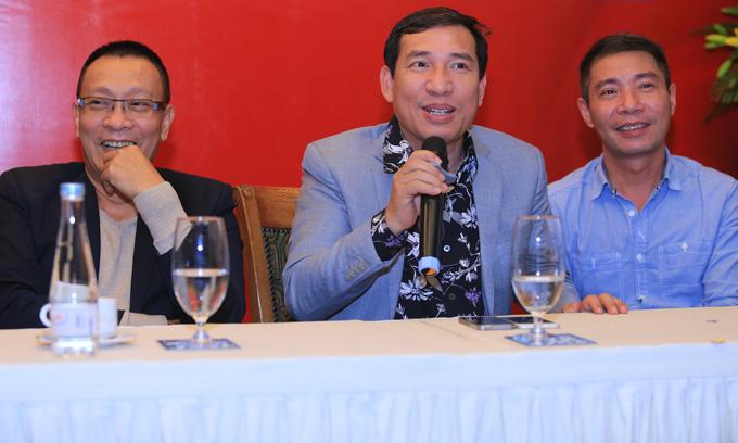 Nhà báo Lại Văn Sâm và hai nghệ sĩ hài Quang Thắng, Công Lý trong buổi tiếp xúc báo giới vào chiều qua.