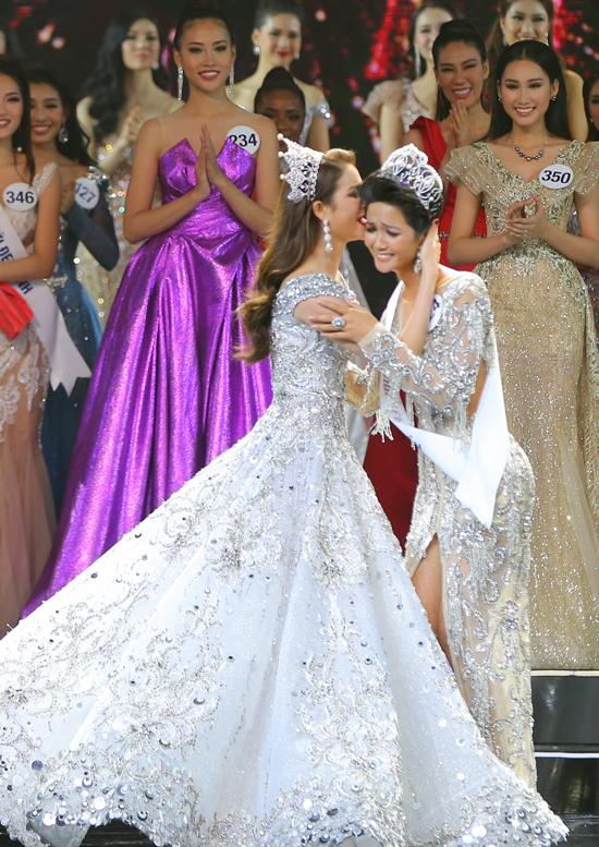 HHen Nie nghẹn ngào khi được Phạm Hương trao vương miện Hoa hậu Hoàn vũ Việt Nam 2017,