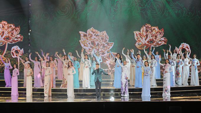 Các thí sinh trong màn trình diễn áo dài.