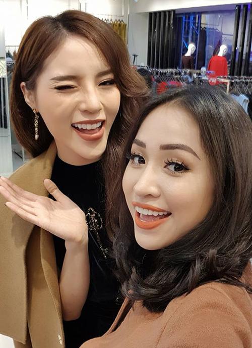 Kỳ Duyên và Vân Hugo hội ngộ trong một sự kiện ở Hà Nội. Hai người đẹp vui vẻ chụp ảnh lưu niệm.