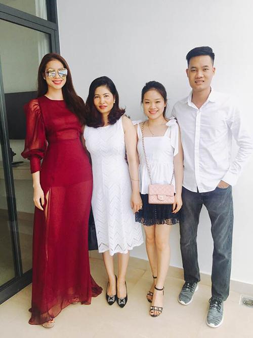 Gia đình Phạm Hương có mặt ở Nha Trang cùng cô theo dõi đêm chung kết Hoa hậu Hoàn vũ.