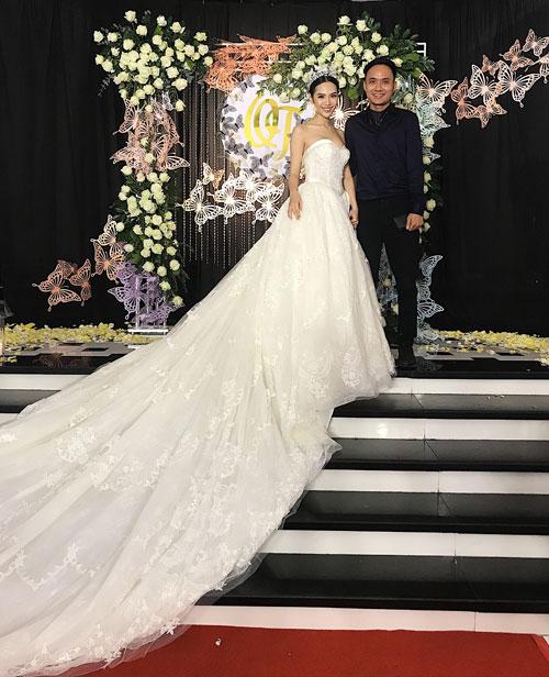 Toàn bộ đám cưới được thiết kế và trang trí bởi Hoa thần ca ca Hoàng Khánh-một người anhthân thiếtcủa cô dâu từ Hà Nội vào.