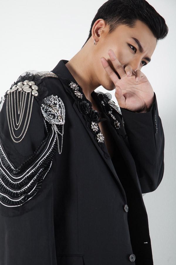 Trần Trung khoe nét cá tính khi diện vest họa tiết nổi - 5