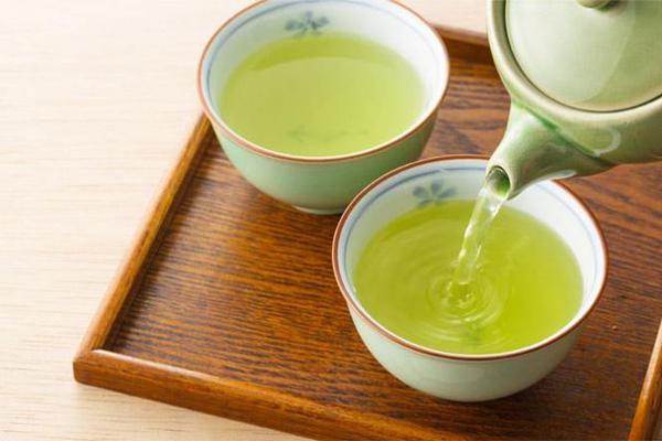Nước trà để qua đêm Nước trà pha quá lâu sẽ khiến các dưỡng chất trong trà như vitamin, polyphenol xảy ra phản ứng oxy hoá, làm giảm chất