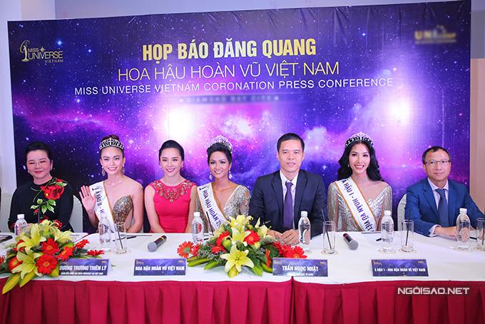 Tân Hoa hậu và hai Á hậu dự họp báo ngắn gọn cùng trưởng ban giám khảo (trái) và trưởng ban tổ chức (giữa).