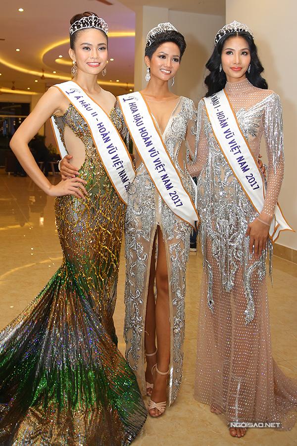 Từ trái qua: Á hậu 2 Mâu Thuỷ, Hoa hậu HHen Niê, Á hậu 1 Hoàng Thuỳ. Ảnh: Maison de Bil