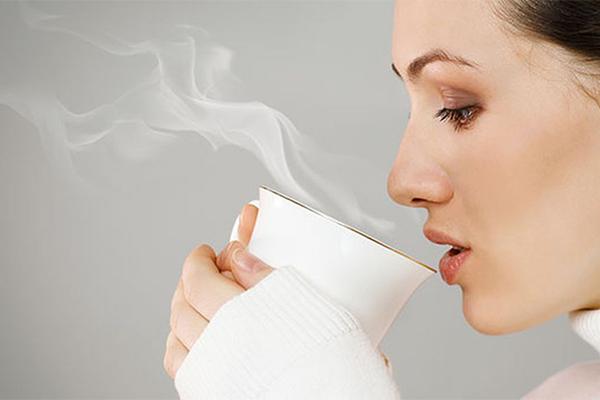 Đồ uống tốt nhất để dùng sau khi vừa thức dậy là nước lọc ấm