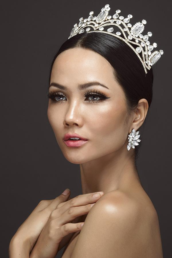 Bộ ảnh được thực hiện với sự hỗ trợ của Makeup: Huy Kibi, Photo: T-Kenzo Thong Minh Le.