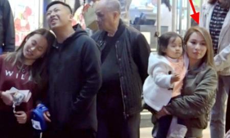 Vợ tỷ phú sòng bài không giấu nổi nỗi buồn khi cùng chồng đưa con đi mua sắm