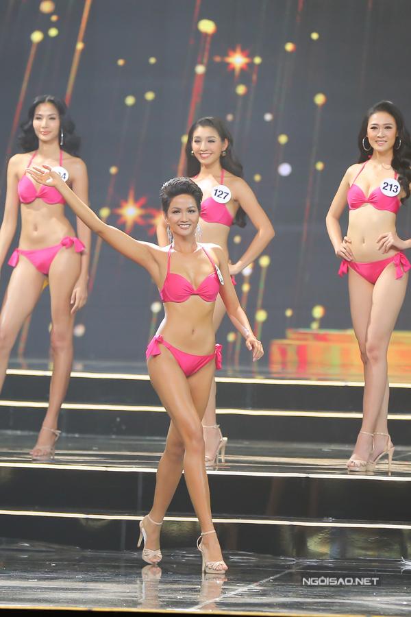Được đánh giá là thí sinh có hình thể đẹp nhất tại cuộc thi năm nay, HHen Nie còn giành thêm giải thưởng phụ Người đẹp Biển.