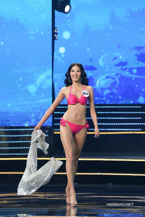 Á hậu 1 Hoàng Thuỳ vốn có kinh nghiệm làm mẫu lâu năm trên sàn diễn quốc tế và trong nước nên dễ dàng toả sáng khi trình diễn bikini.