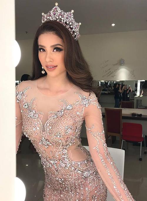 Phạm Hương xinh đẹp tựa nữ thần khi lên trao vương miện cho tân Hoa hậu hoàn vũ mới.