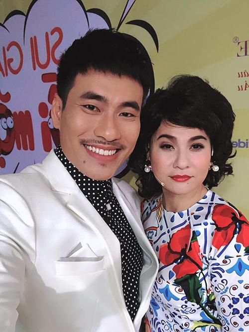 Cát Phượng - Kiều Minh Tuấn đăng ảnh trước giờ diễn. Cát Phượng chia sẻ, đêm diễn này cô đóng bai mẹ của bạn trai.