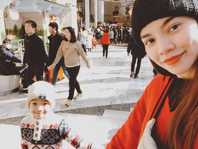 Hồ Ngọc Hà đưa con trai Subeo đi chơi trong những ngày ở Seoul (Hàn Quốc). Bạn trai cô Kim Lý cũng tham gia chuyến đi này.
