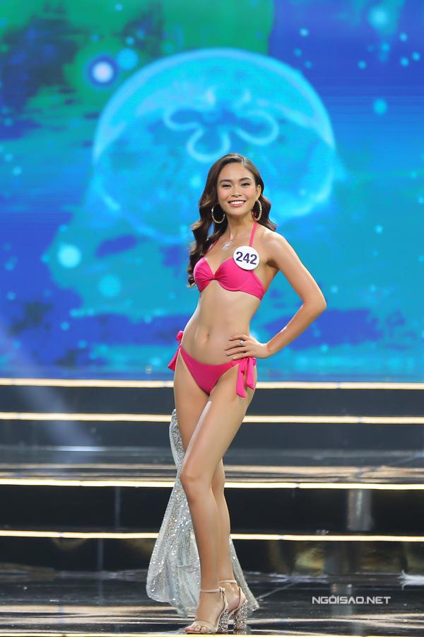 Cũng như Hoàng Thuỳ, cô nổi danh sau khi đăng quang Quán quân Next Top Model. Cô cũng có dày dạn kinh nghiệm catwalk so với các thí sinh khác.
