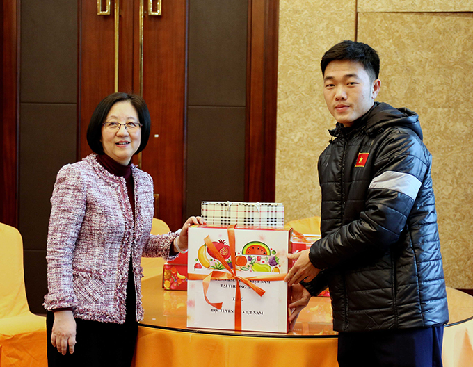 Đội trưởng Xuân Trường thay mặt toàn đội nhận quà từ Tổng lãnh sự quán Việt Nam tại Thượng Hải.