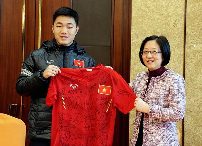 U23 Việt Nam cũng tặng Tổng lãnh sự quán Việt Nam tại Thượng Hải chiếc áo đấu có chữ ký của các thành viên trong đội.