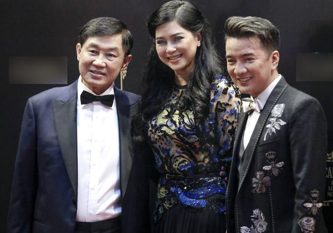 Mr Đàm lịch lãm tới chúc mừng vợ chồng vua hàng hiệu Johnathan Hạnh Nguyễn và cựu diễn viên Thủy Tiên mở cửa hàng mới.